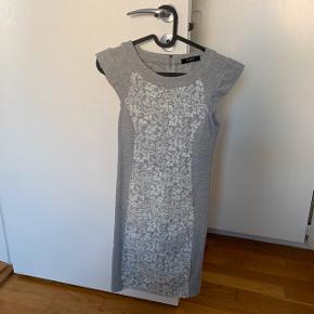 Hvid og grå lang blonde kjole   #30dayssellout #trendsalesfund  Fest , galla  Vila , envii , h&m , monki , selected femme , zara