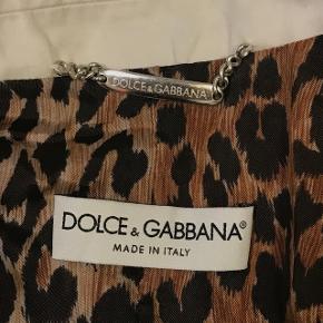 Hvid Dolce & Gabana blazer købt i Italien 🖤 Meget stylish med leopard print på indersiden og har knapper med D&D logo på ærmerne og foran 🐆  Fejler intet og har ingen pletter 👌🏼  Den er næsten ubrugt 😁  Størrelse XS kan sikkert også passe til en standard størrelse S 👌🏼  KOM MED EN PRIS! (prisen kommer til at være inkl. fragt) 💸  Sender med DAO 📦