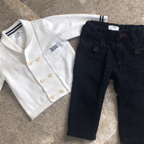 Det sødeste lille sæt til den stilfulde lille dreng. Trøjen er i fin strik. Bukserne er i fløjl.  Begge dele 9 mdr. begge dele som nye.