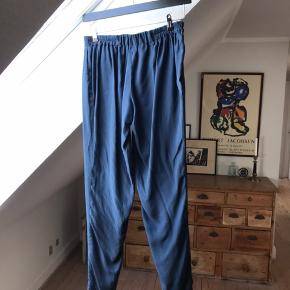 Navyblå bukser i 100% blød vasket silke. Brugt med stadig i god stand.