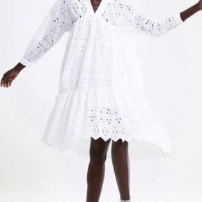 Smukkeste kjole fra Zara i broderi anglaise. Den er brugt en enkelt gang.  Nypris 899,-  Over bryst måler den ca. 58 (x2) cm.