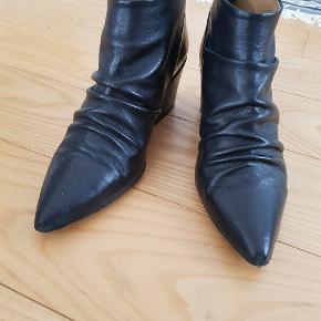 Lækre ankelstøvler, der er meget behagelige at gå i. Brugt få gange, under 1/2 siden køb. Ny pris - bud fra 500 kr + forsendelse.