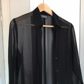 Lang og gennemsigtig skjortekjole i fin stand. Fitter s-m
