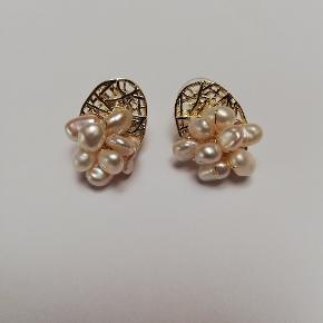 Håndlavet øreringe, 925s med ferskvandsperler,perlerne er helt naturlige og derfor kan de variere i form og størrel Smykkeæske medfølger  Skal de sendes:  + 10 DKK med Postnord sende som brev eller + 31.95DKK med DAO via Trendsales