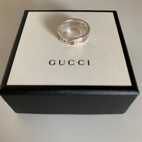 Den er blevet brugt en del gange, men den er vasket og sprittet af så den står som helt ny   Ny pris var 1340 kr   Købt online på Gucci.com  Str: 23