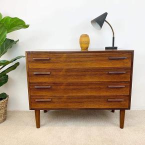 Smuk og stilren kommode i palisander med 4 skuffer - designet af Kai Kristiansen og fremstillet på Feldballes møbelfabrik i 1960'erne. Kommer lige fra værkstedet i flot nyrenoveret stand. 😊