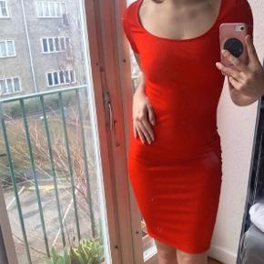 Sælger denne super lækre knælange bodycon kjole fra H&M. Den er brugt og vasket et par gange, men er næsten som ny.  Den er et lækkert, trykt stof.  Jeg giver mængderabat   #secondchancesummer
