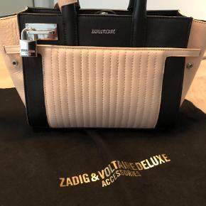Varetype: Crossbody Størrelse: 23x17x8 Farve: Sort  Helt ny Zadig & Voltaire taske i creme og sort. Købt i Dubai sidste år og brugt én gang - sælges derfor.   Kan sendes med gls hvis køber betaler porto.  Ellers foretrækker jeg at mødes.  Bytter ikke.