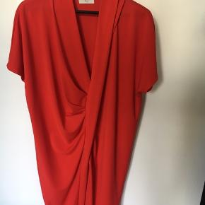 Den postkasserøde kjole fra NORR er brugt en enkelt gang.  Kom gerne med et bud😊