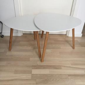 Bordene er købt i søstrene grene for 3 år siden. De har lidt ridser og det ene bord har en plat da jeg kom til at spilde acetone på der har fjernet malingen. Kan dog ikke ses hvis man skubber bordene sammen:) så står de fint hvide:)