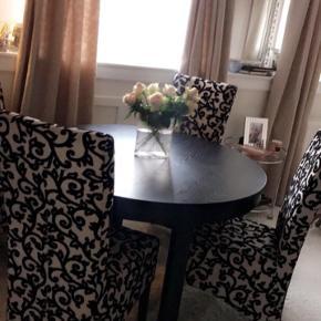 Utrolig stilfulde spisebordsstole. Sort/creme kraftigt blødt stof. 4 stk. Flot stand, virkelig dekorative.  Købt på Hellerup Strandvej. Nypris: 10.000kr sælges samlet for 800; Afhentes i Gentofte (snarest pga flytning)