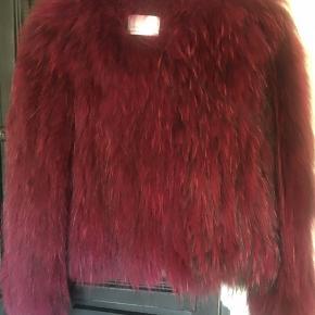 Skøn vaskebjørns pels fra saks Potts der fortjener at komme ud og blive brugt.   Smuk og lækker som ny.   Bytter ikke men frisk på hurtig handel på Mobilepay.   Kh Tina