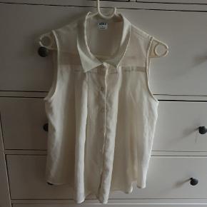 Sød råhvid/hvid skjorte-bluse i str. M fra Vero Moda. Vid model.   Kan afhentes på Vesterbro i København eller sendes med posten. Køber betaler dog porto 🌻  NB! Alle mine annoncer til 25 kr., kan man købe 3 for 60 kr. 🌞
