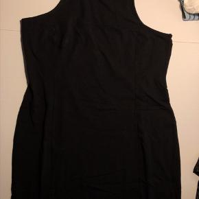 Næsten som ny kjole i stretch stof, tætsiddende, lynlås bagpå øverst. Minidress, bodycon dress. Lille sort kjole. Bomuld og elastan.   42,- + fragt. Sender gerne med Dao kr 37,-  Bytter ikke.  Kan afhentes i Odense.  Mængderabat 🌼