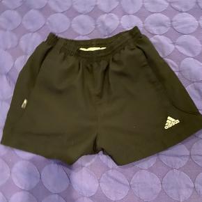 Fine sorte Adidas shorts str. 128