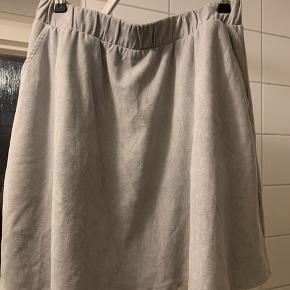 Brugt få gange.  Størrelsen hedder s/m.  Ruskind lignende stof.  Sælger matchende bluse.