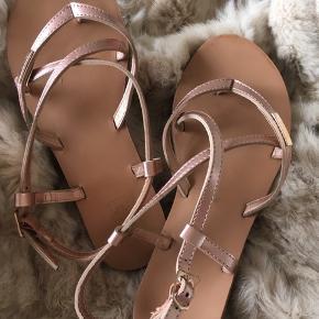 Søde sandaler - købt hos BUCH. Brugt ca. 5 gange. Skønnes normale i str.  Bytter ikke. Prisen er fast.