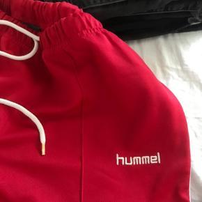 Super fede retro Hummel bukser med vide i benene.   Skriv for mere info eller flere billeder, mængde rabat gives🤍