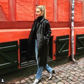 RIGA coat/jakke/frakke fra danske Julie Fagerholt/Heartmade. Str 36, normal i str. modellen bærer 36.  Kun prøvet på.  Shell: 57% polyacrylic/24% wool/12% polyester/ 7% viscose  Se også mine andre annoncer: ganni, uniqlo, zara, mango, cos, arket osv.