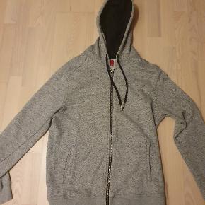 Super blød Grå hoodie / hættetrøje fra Zara  Med lynlås Har 2 super nice inderlommen (se sidste billede)  Top kondition, brugt