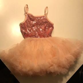 Rigtig sød kjole til den lille pige. Den fejler ingenting. Det er en str 1-2 år svarer nok fra str 80 og op til 92
