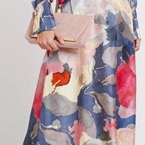 Smukkeste silkekjole fra InWear. Brugt én gang. Den har en rigtig fin pasform. Jeg synes, at det er en stor str.34, så har sat den under str.S.