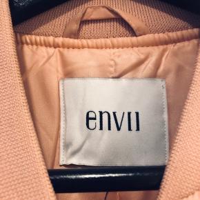 Pudder Rosa bomber jakke fra Envii. Kun brugt et par gange. Ingen brugstegn.