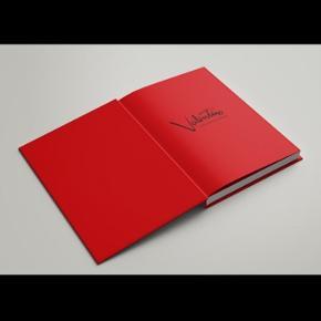 Valentino kæmpe stor bog til salg. Kun brugt som pynt   Bogen er virkelig smuk!  Vejer mindst 4 kg  Np 1000 kr