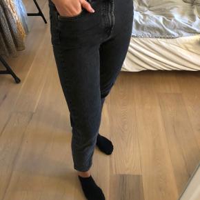 Fine mørkegrå denim bukser fra Zara. I str. 36. Brugt meget, men i fin stand. BYD