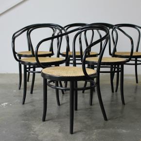 6x spisebordsstole designet af Thonet. Model 209, fremstillet på licens fra zpm radomsko. Står i kanon stand, ingen brud på flet og med medfølgende hynder.  Samlet pris 10.000,-  Stk pris 2000,-  Se evt mine andre annoncer for mere dansk design. Levering på strækningen Århus-KBH, samt hele Fyn.  Vintage. Retro. Wienerstol