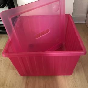 Genial og meget rummelig opbevaringskasse med låg og hjul fra Ikea.