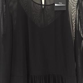 Super sød kjole med lange ærmer . Sidder bare så flot og er let og behagelig.
