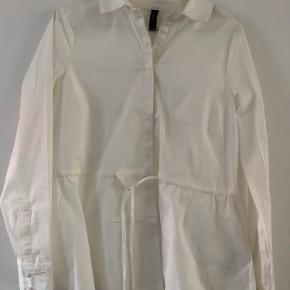Helt ny skjorte, har kun haft den på til et billede. Super lækkert materiale og god pasform
