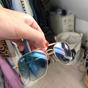 Ray-Ban solbriller i farven clear gardinet blue. Brugt meget meget lidt og er dermed i fin stand. Æske og pudseklud medfølger. Sælges for 700kr🤓