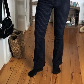 Super fede flared bukser fra Mango. Lidt stretch  Mørkeblå med hvide striber. Er lagt op i bunden så de fitter min højde (167 cm)