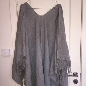 Fin cardigan lignende tørklæde i fint gråt stof fra Pieces.