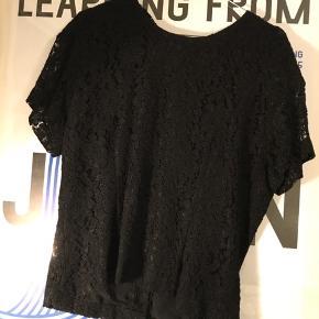 Gratis fragt ved køb af over 100 kr. I efterårsferien! 💌✉️  Fin og elegant t-shirt i lækkert stof og med fine detaljer. T-shirten er aldrig brugt.  Se også mine andre annoncer 🤗🍊