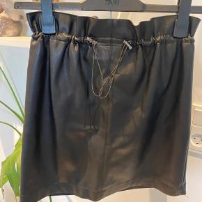 Fin look-a-like læder nederdel.