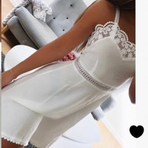 Helt ny og super fin kjole fra American Dreams. Købt til studentergilde, men kom hjem for sent og er derfor aldrig brugt. Sælges da jeg ikke nåede at returnere den.  Kom med et bud, og nå at få den før studenterugen!😋☀️