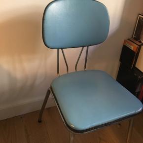 Virkelig fin diner stol i retro blå med metal stel. Jeg har brugt den som skrivebordsstol men nu skal den videre ud i verden. Den er gammel og det ses men den virker stadig som stol og er så fin som farvesprøjt i indretningen.