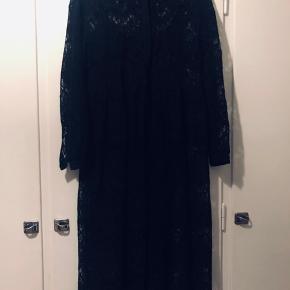 Smuk sort blonde kjole, inkl. underkjole og bælte