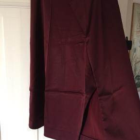 Fin satin nederdel fra Acne studios, den har fået nogle rifter som ses på billederne