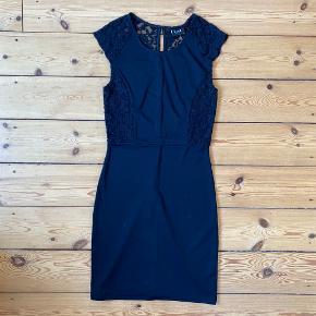 Helt ny Vila kjole med fine blondedetaljer og knapper på ryggen  Mærket sidder stadig på kjolen