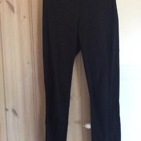 Smarte sorte leggings/bukser med lynlås ved anklerne og stræk - super lækre at have på. Nypris 1600  Der står str 32 i dem