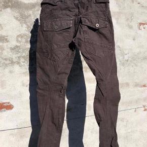 Super fede Cargo bukser med seje detaljer. Er i meget fin stand og fejler intet. Regulerbar elastik i taljen.  Pris: 60 kr pp