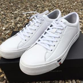 Hvide læder sneakers.  Nye i kasse