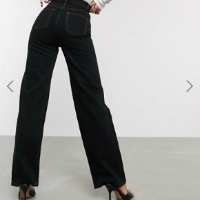 Fede jeans fra Asos Tall i størrelse W32 L36. Jeg har syet dem lidt ind i taljen, men det kan sagtens sprættes op hvis ikke det passer. Kom med et bud🎈