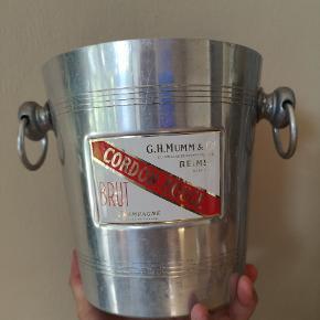G.H. Mumm Cordon Rouge champagnespand med brugspatinering og emaljeskilt. Vintagefund, så kan nemt renses, hvis det ønskes.
