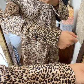 Sælger denne kjole/lange top med leopardprint. Fungere rigtig godt åben ud over en t-shirt og et par bukser. Kan også bruges åben. Giv gerne et bud eller skriv for mere info eller billeder