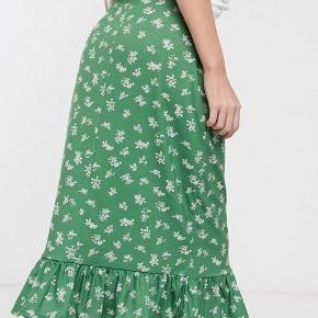 Super fin grøn nederdel med print. Aldrig brugt💚